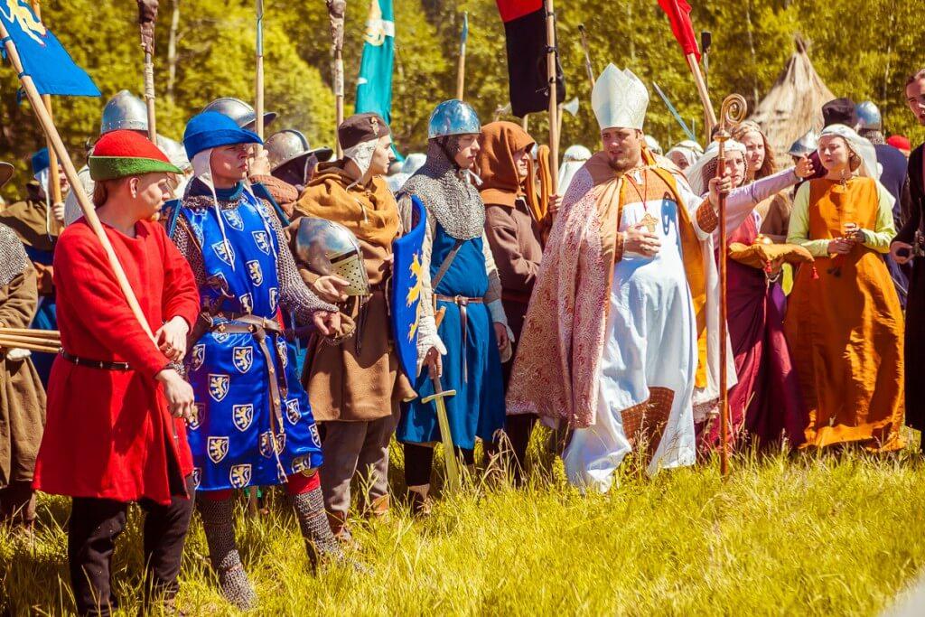 рыцари и епископ