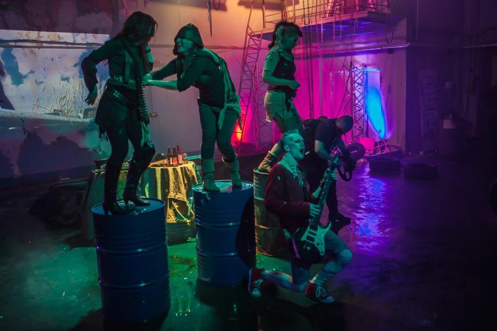 девушки танцуют на бочках