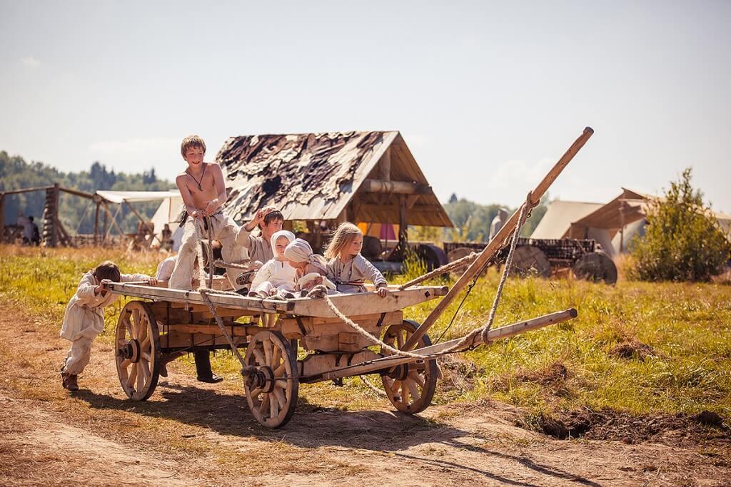 дети на средневековой телеге